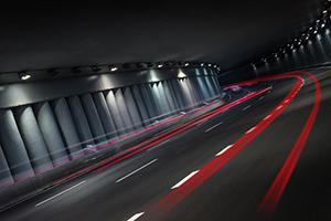 Sneltransport Night traffic in tunnel